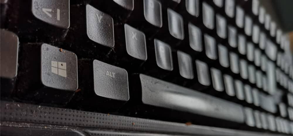 tastatur reinigen - schmutzige gaming tastatur