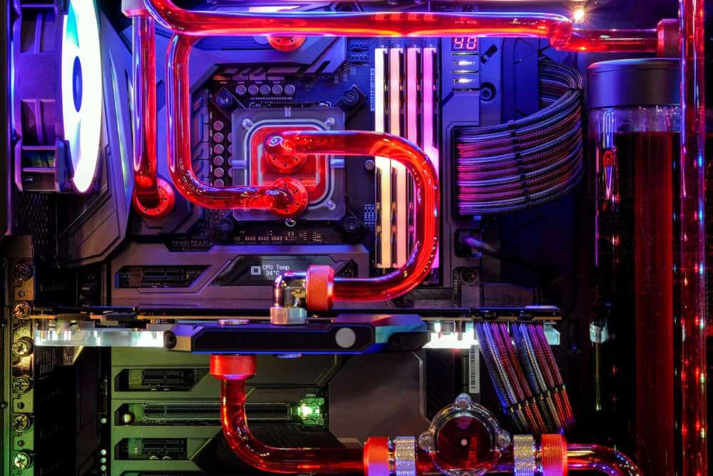 PC Gehäuse von innen mit Custom Wasserkühlung und RGB